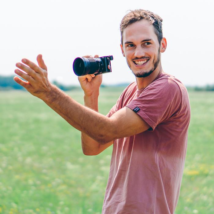Fotograf Julius von Scrowl mit Kamera