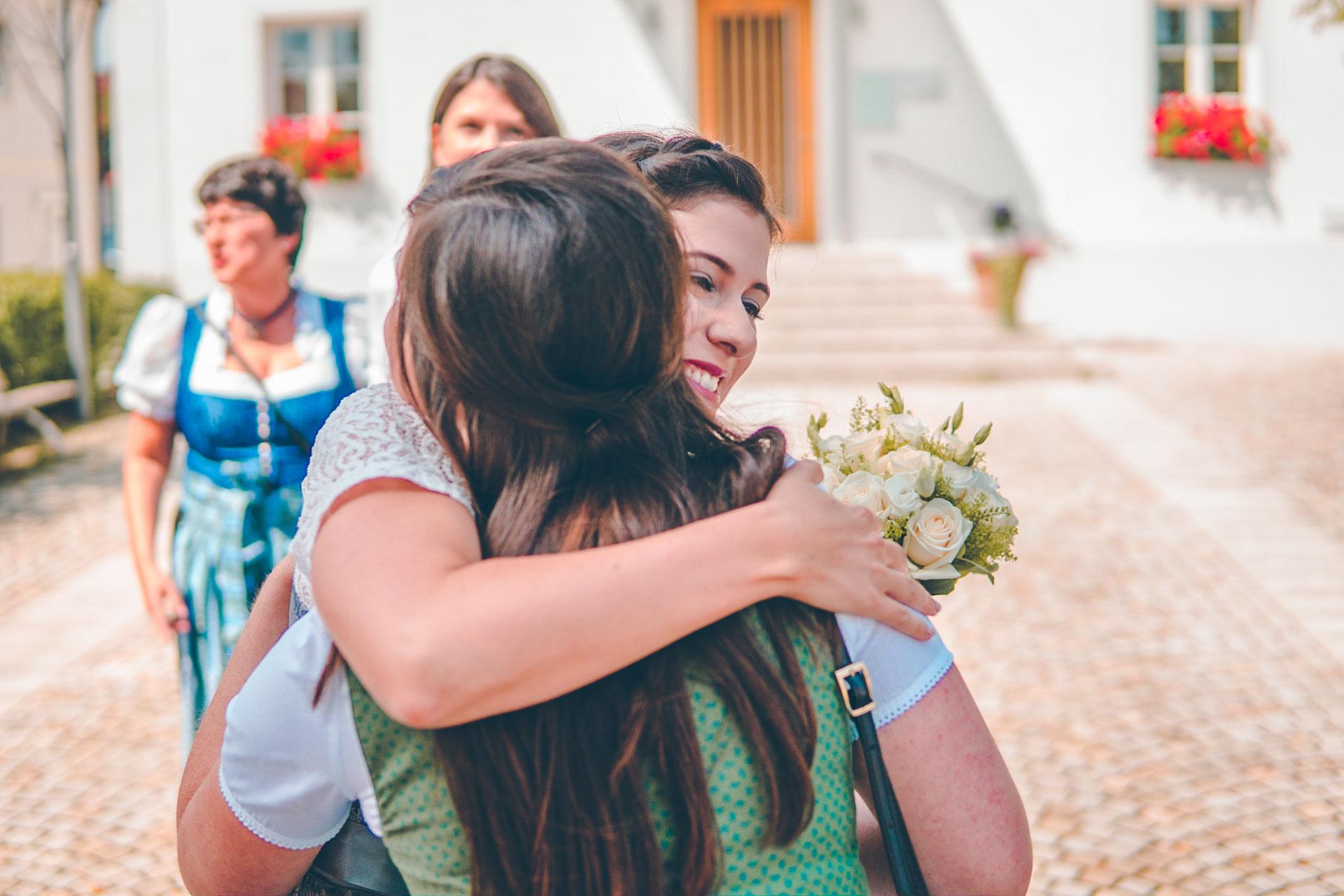 Die Braut in Dirndl mit einem Gast