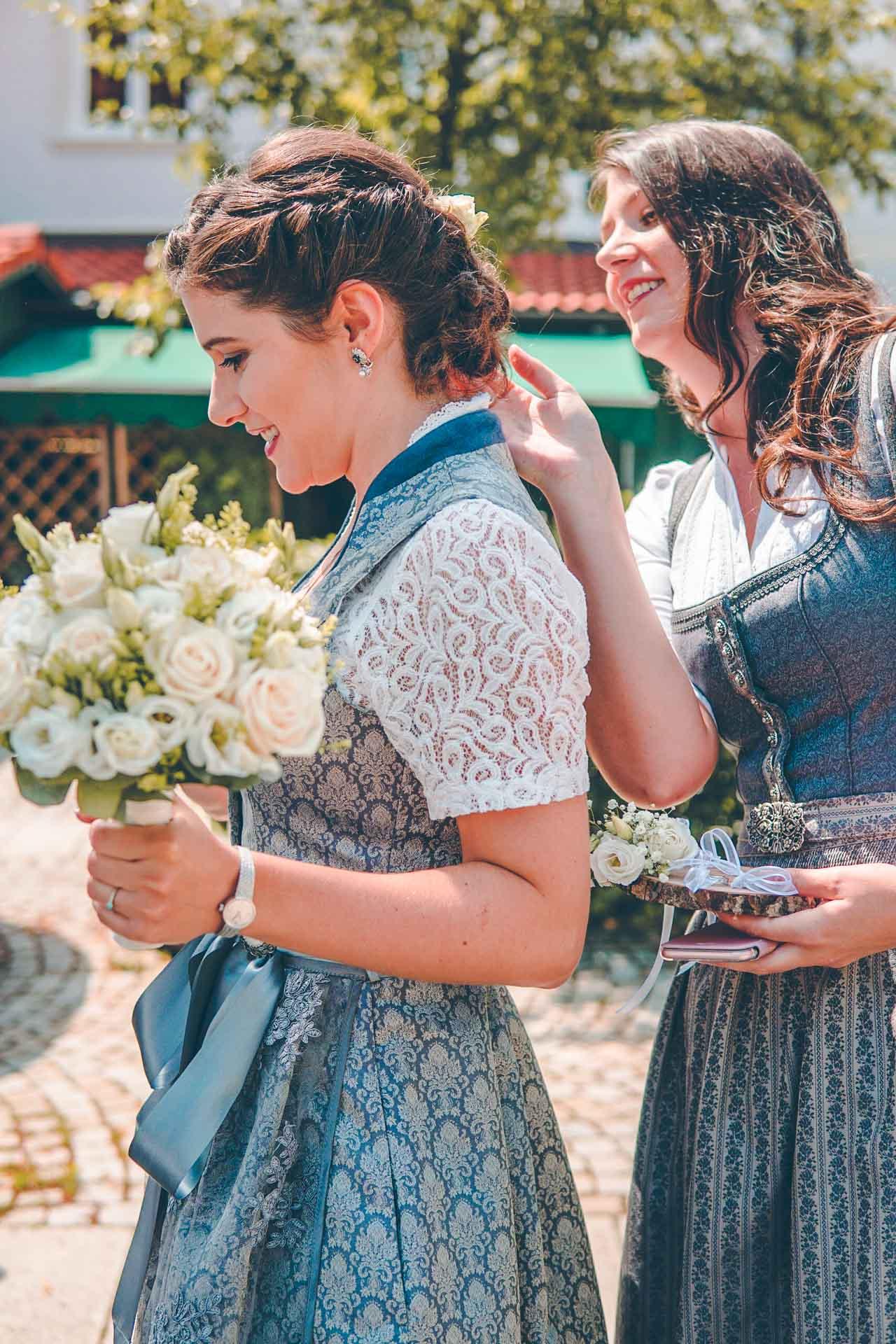Die Braut in Tracht mit Brautstrauß