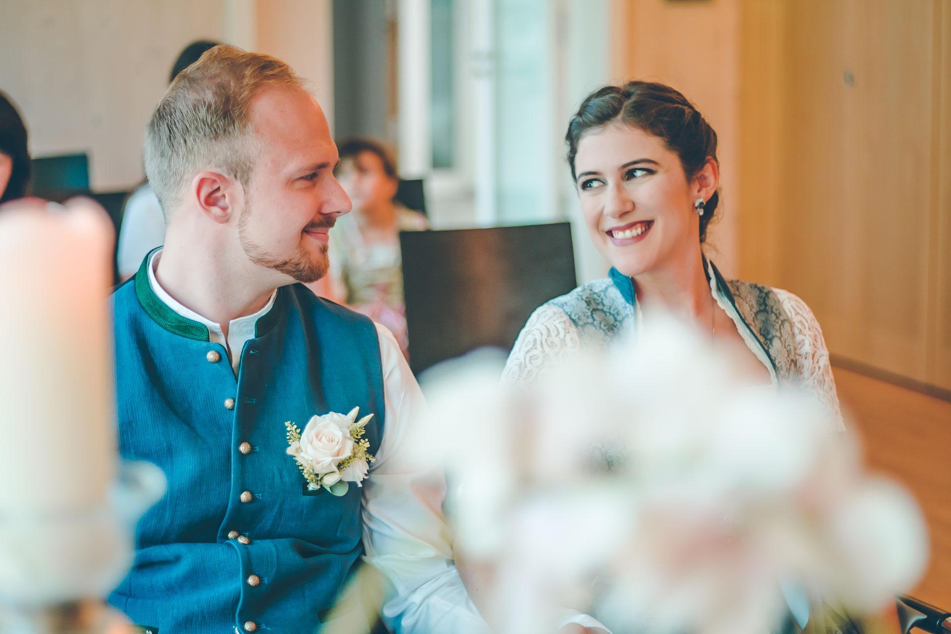 Das Hochzeitspaar bei der standesamtlichen Trauung in Anzing