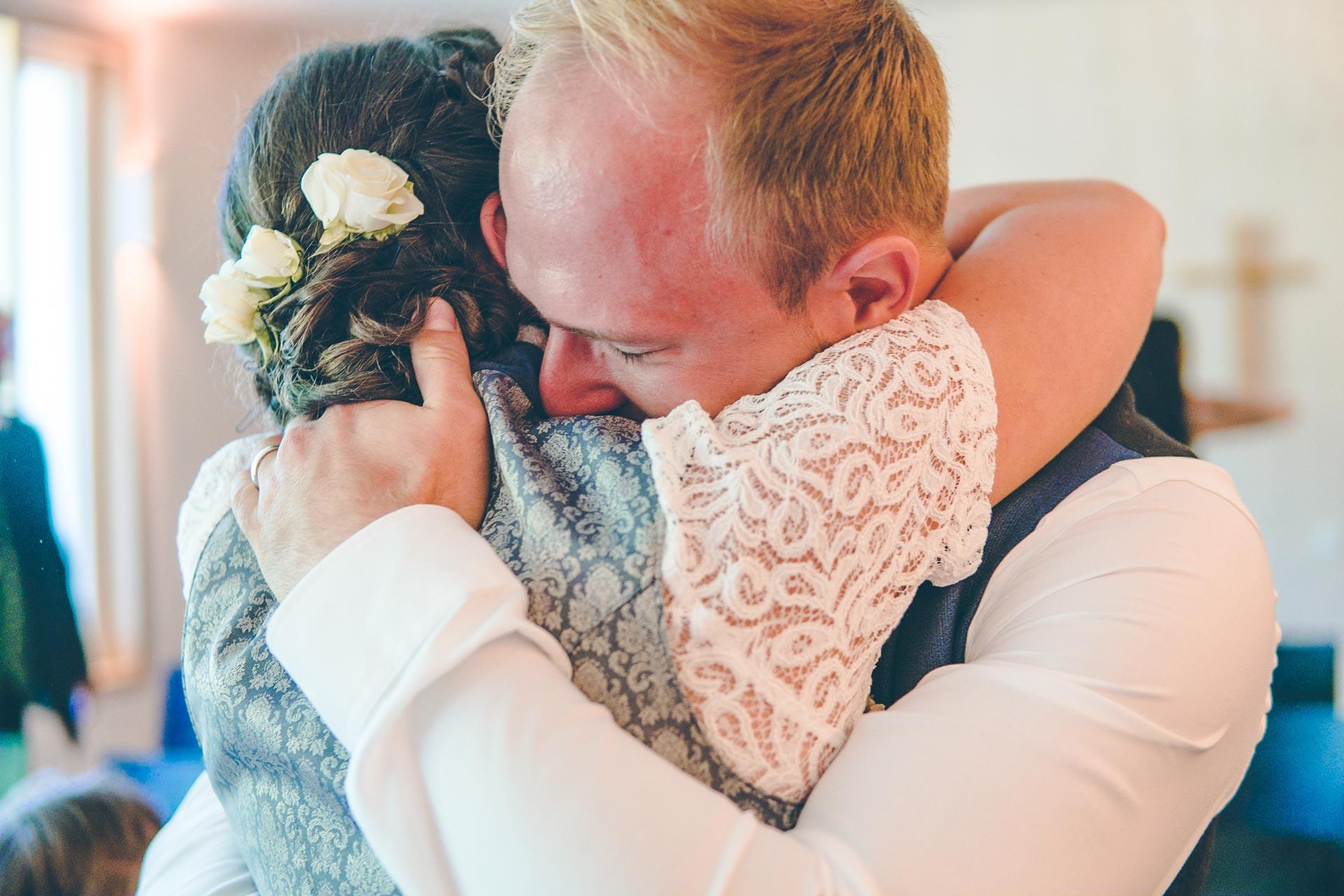 Die BRaut und der Bräutigam umarmen sich nach der Trauung