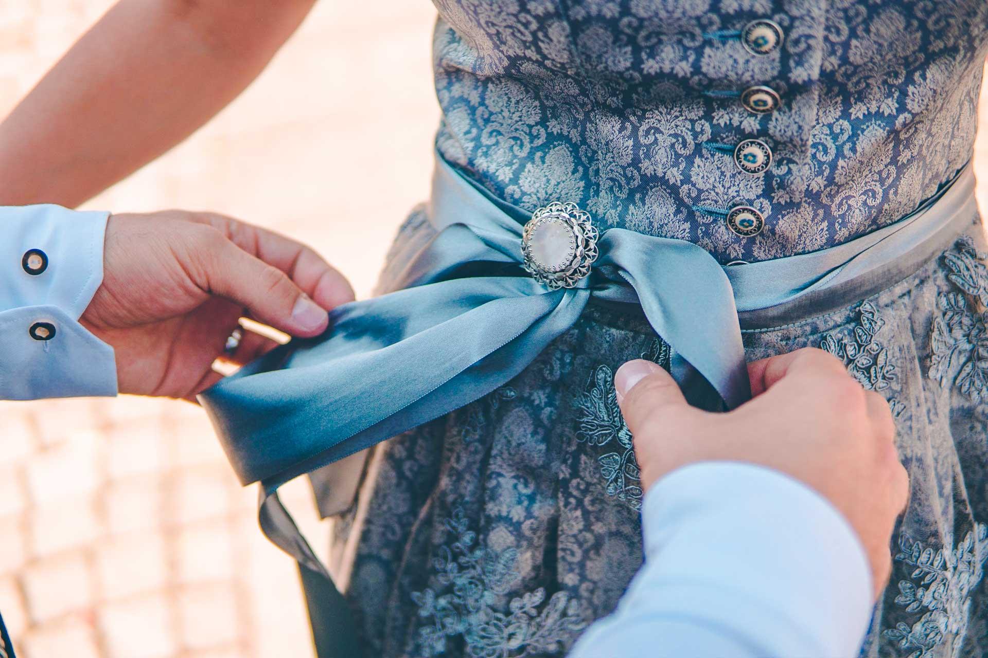 Detailaufnahme des Dirndls der Braut