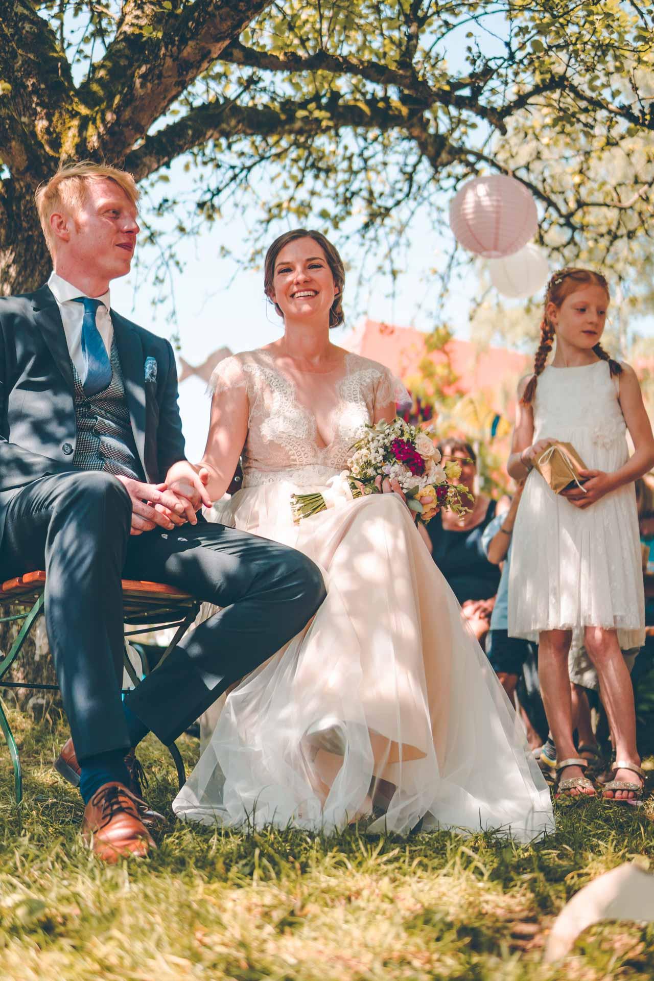 Ein Hochzeitspaar bei der freien Trauung in München