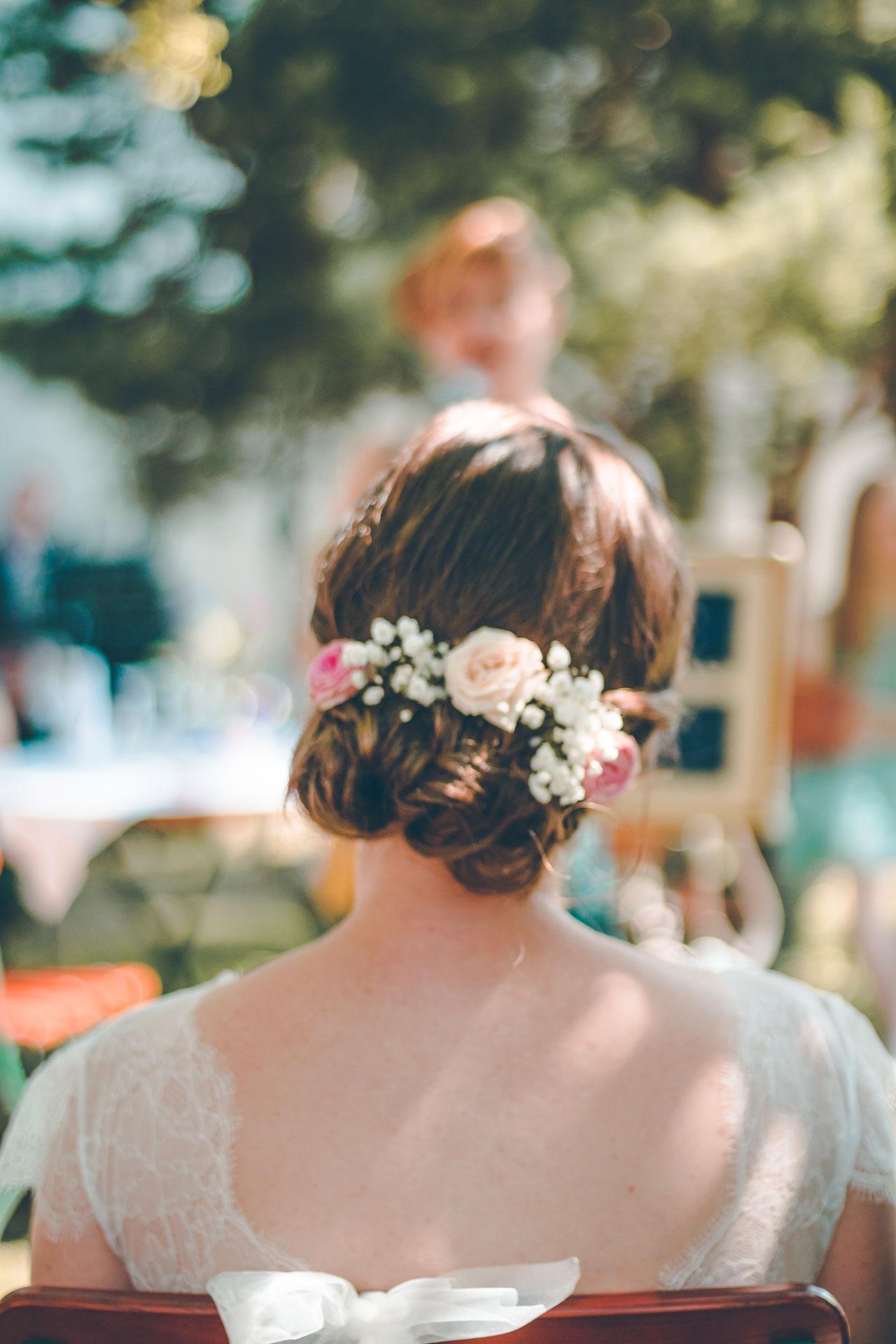 Der wunderschöne Blumenkranz in der Brautfrisur