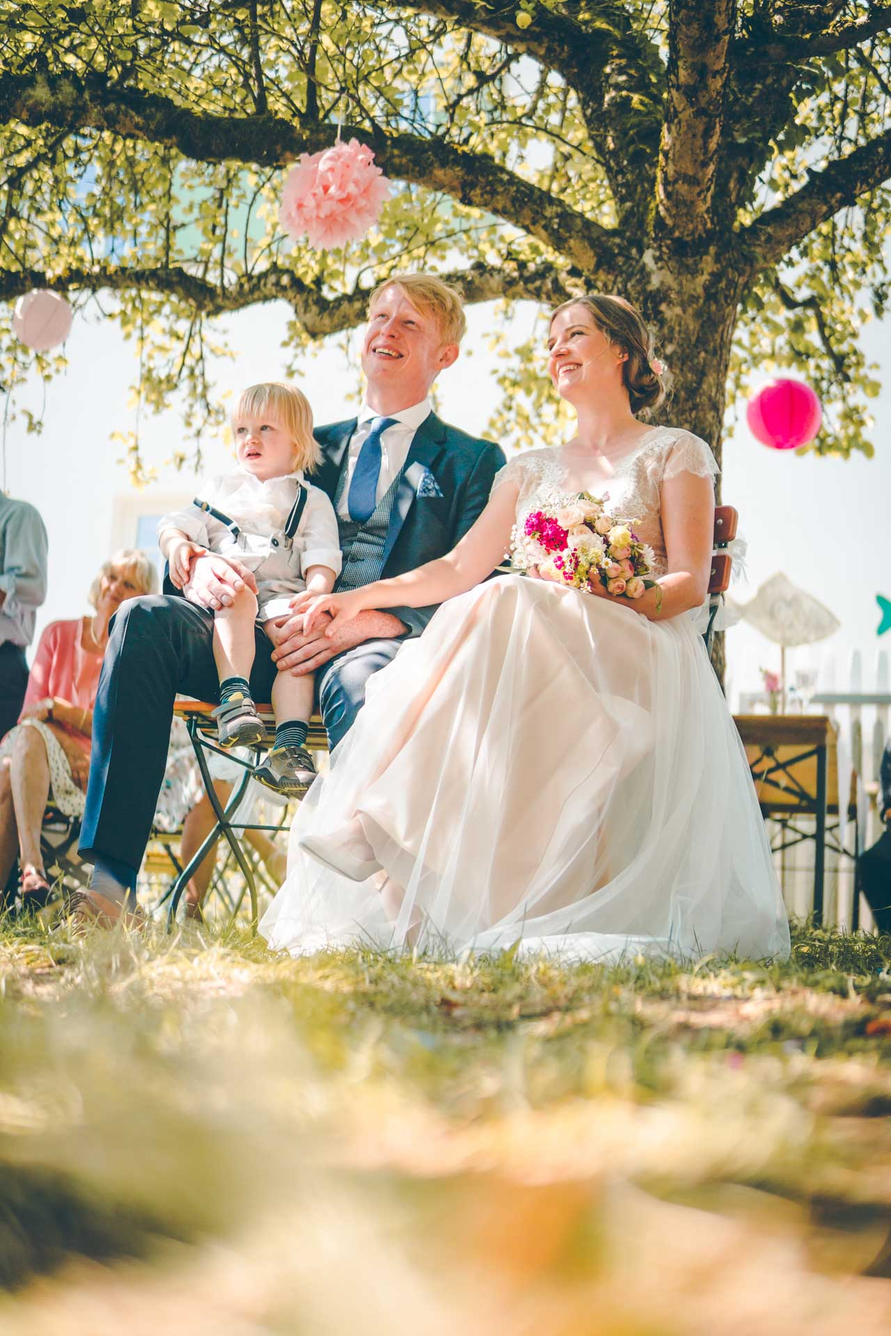 Das Hochzeitspaar bei der freien Trauung in einem Garten in München