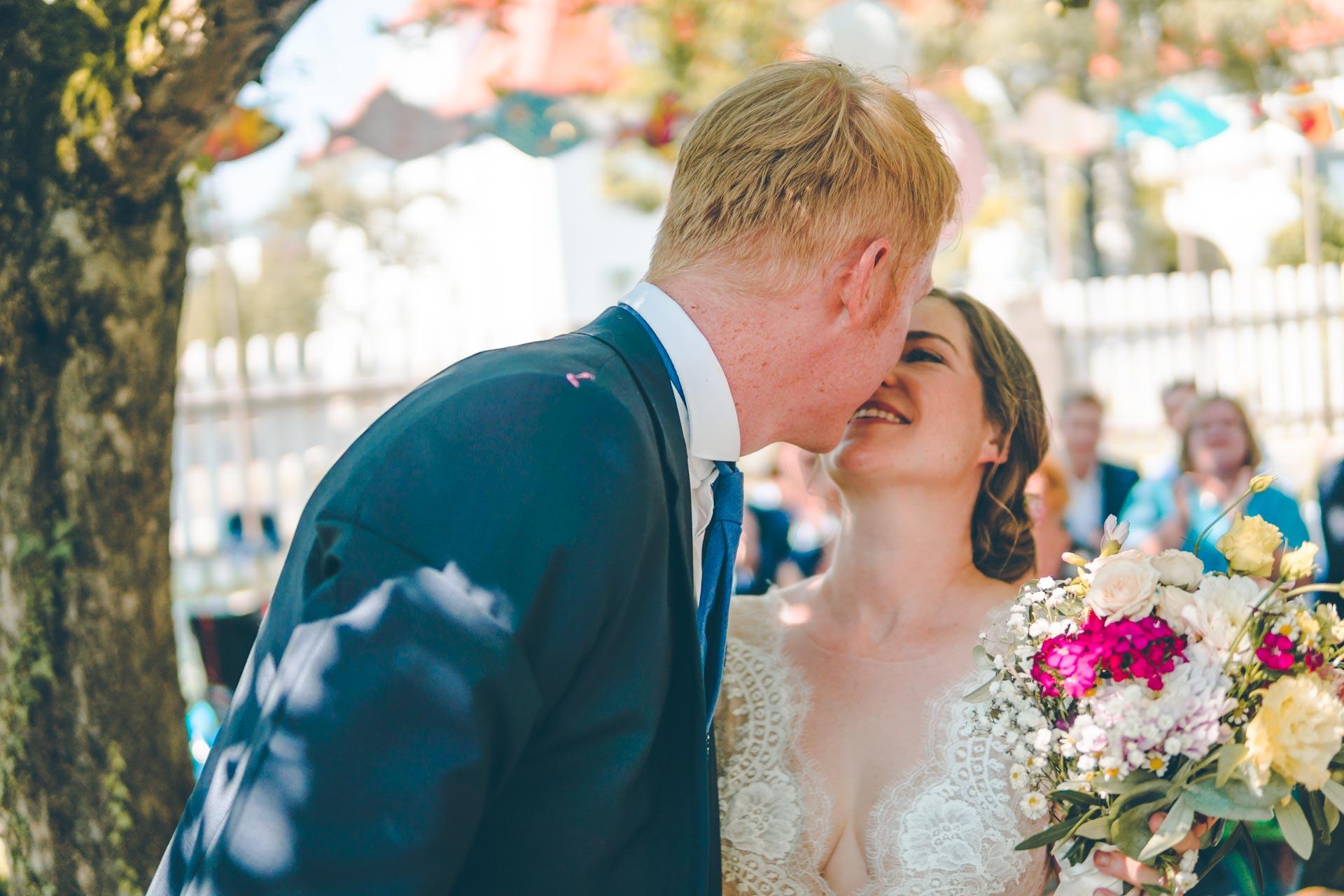 Der erste Kuss des Hochzeitspaars