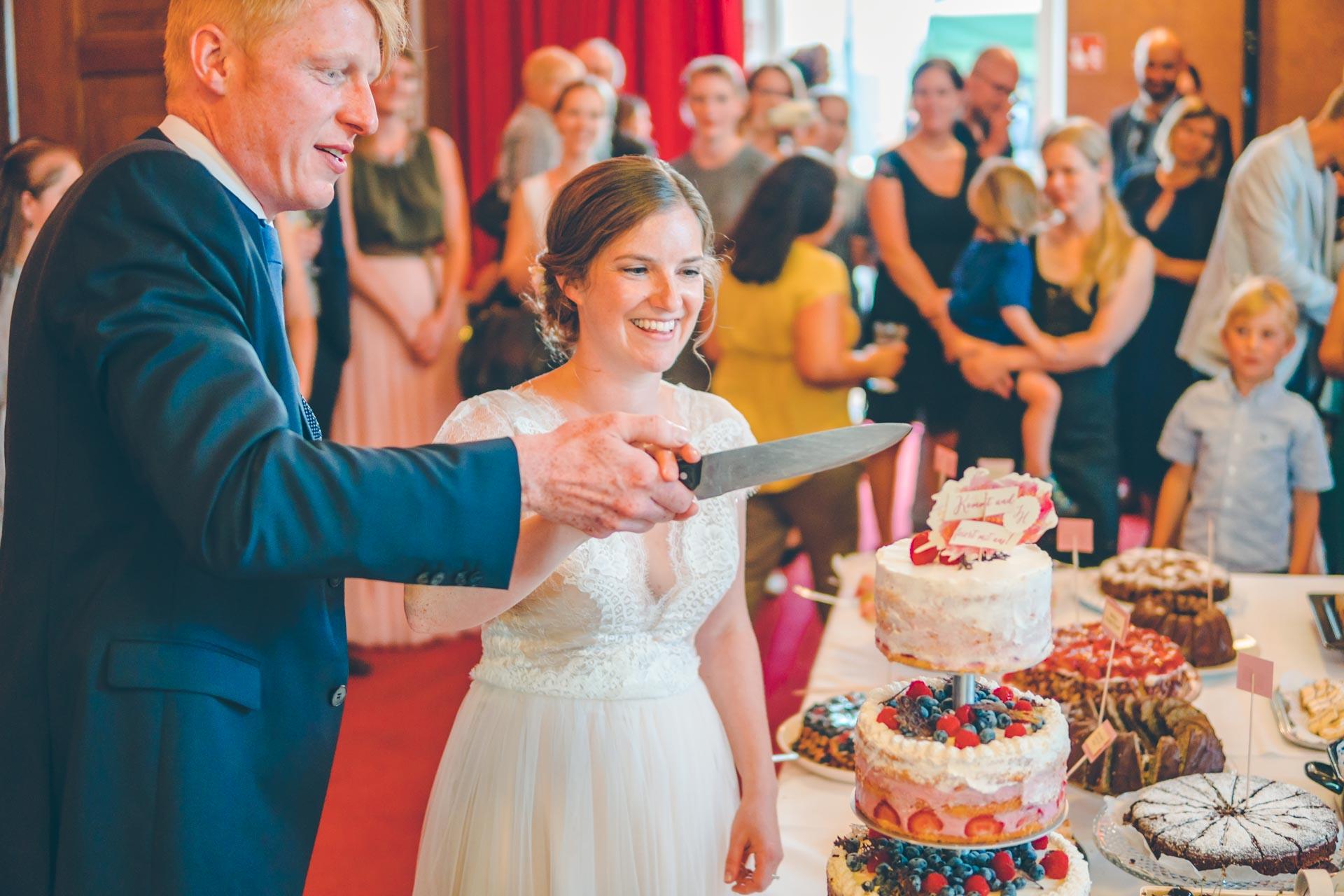 Das Hochzeitspaar beim Torte anschneiden