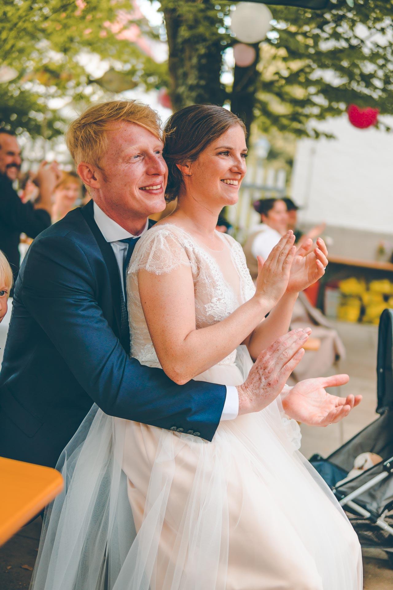 Das glückliche Hochzeitspaar nach der Trauung