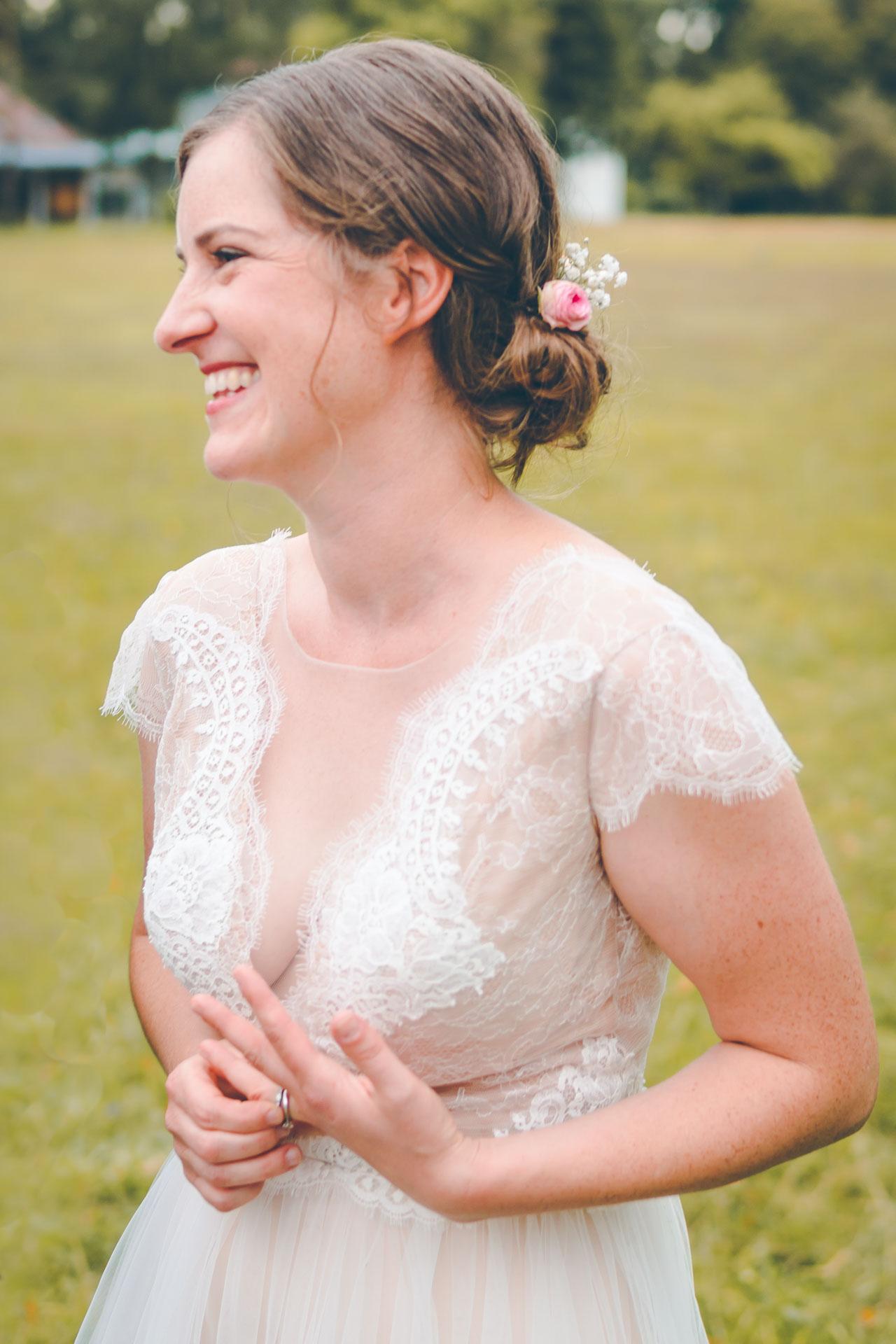 Natürliches Porträt der glücklichen Braut