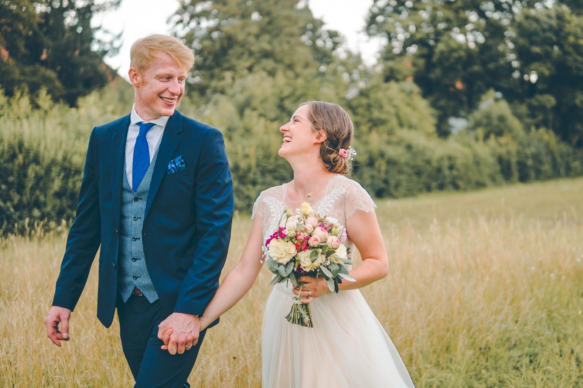 Das Hochzeitspaarshooting auf einer Wiese