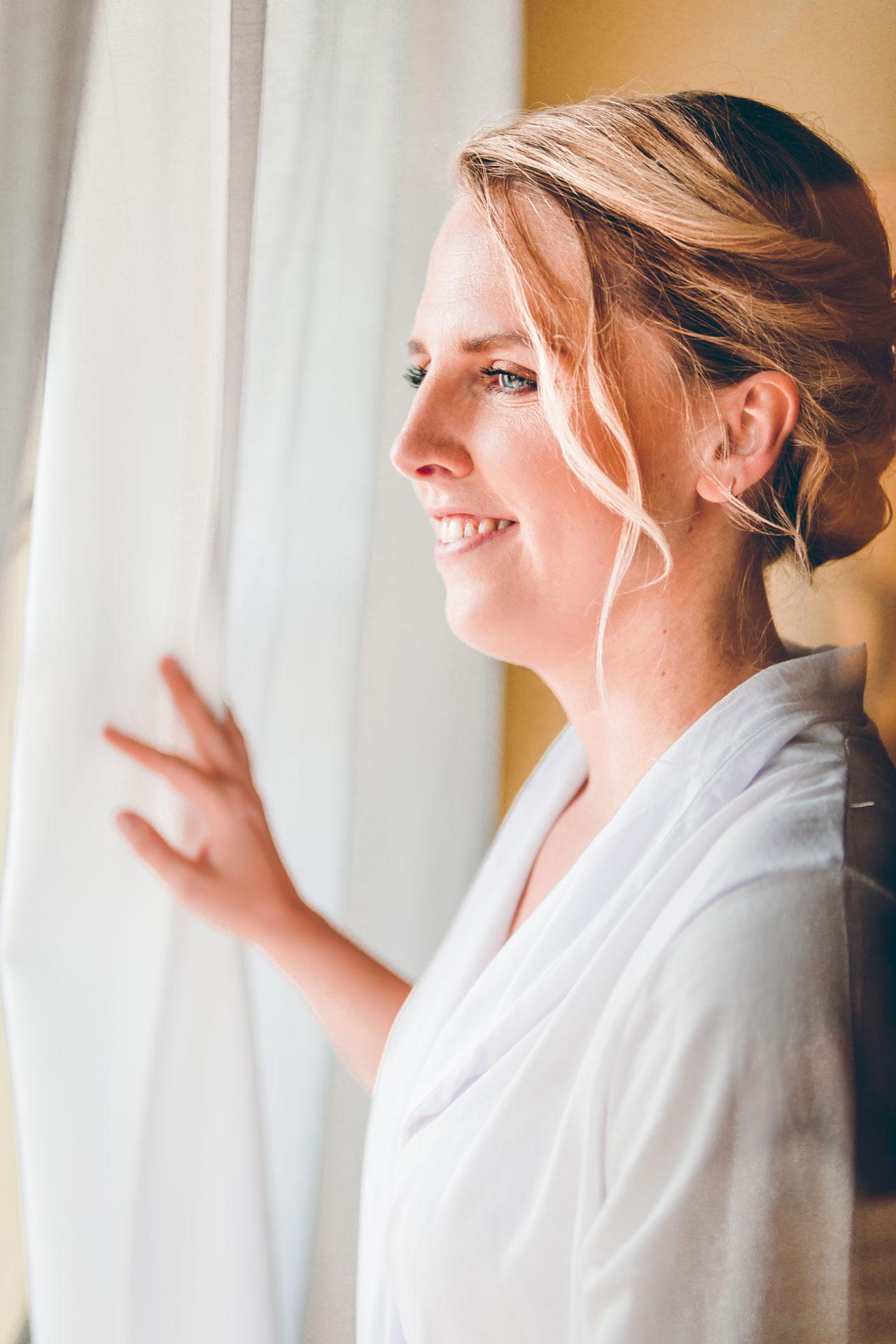 Die Braut beim Getting Ready am Fenster
