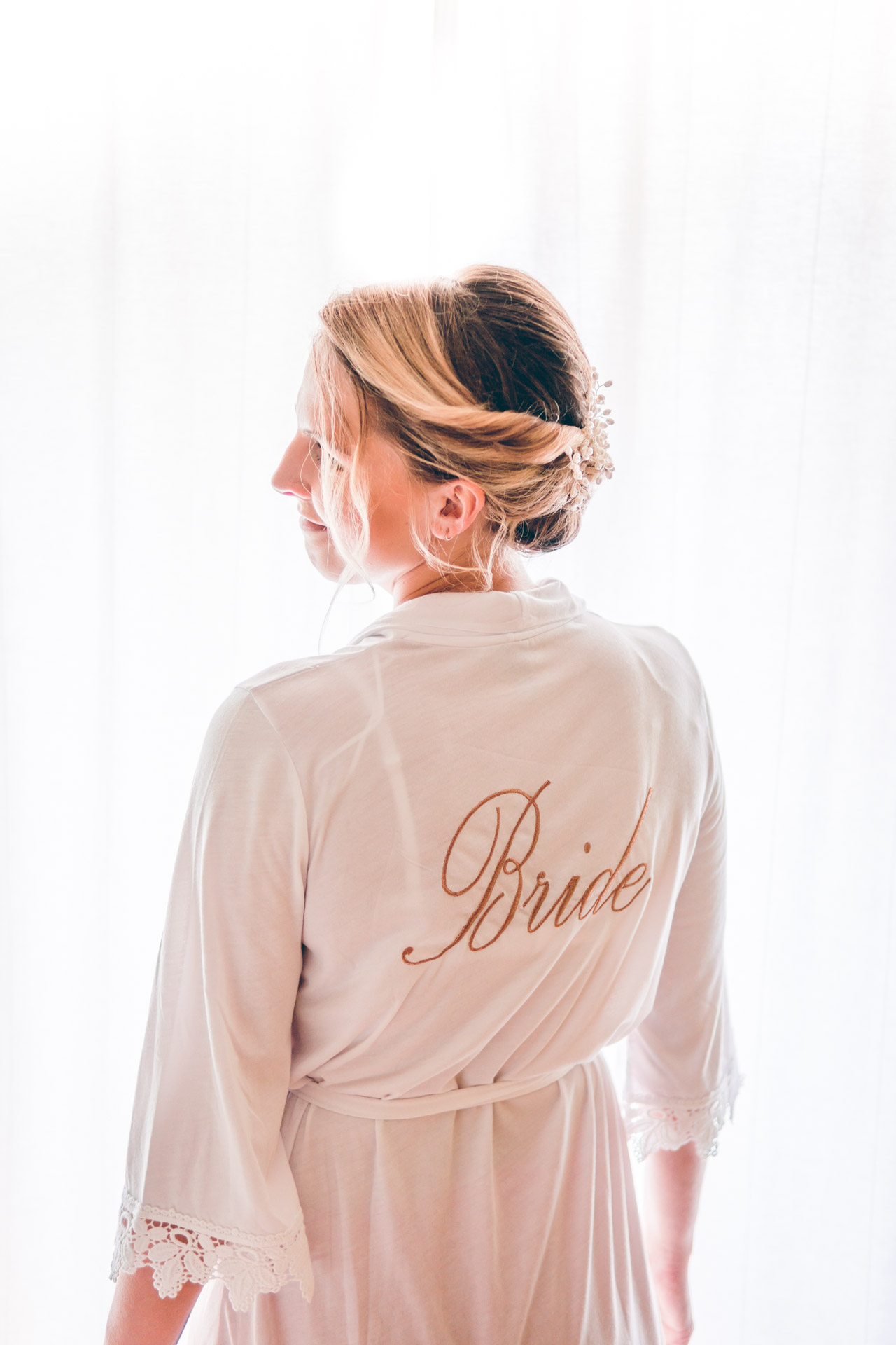 Hochzeitsbild der Braut beim Ankleiden