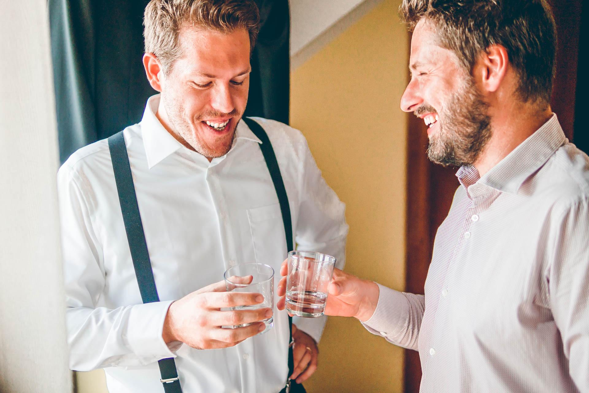 Der Bräutigam und sein Trauzeuge mit Whisky beim Getting Ready