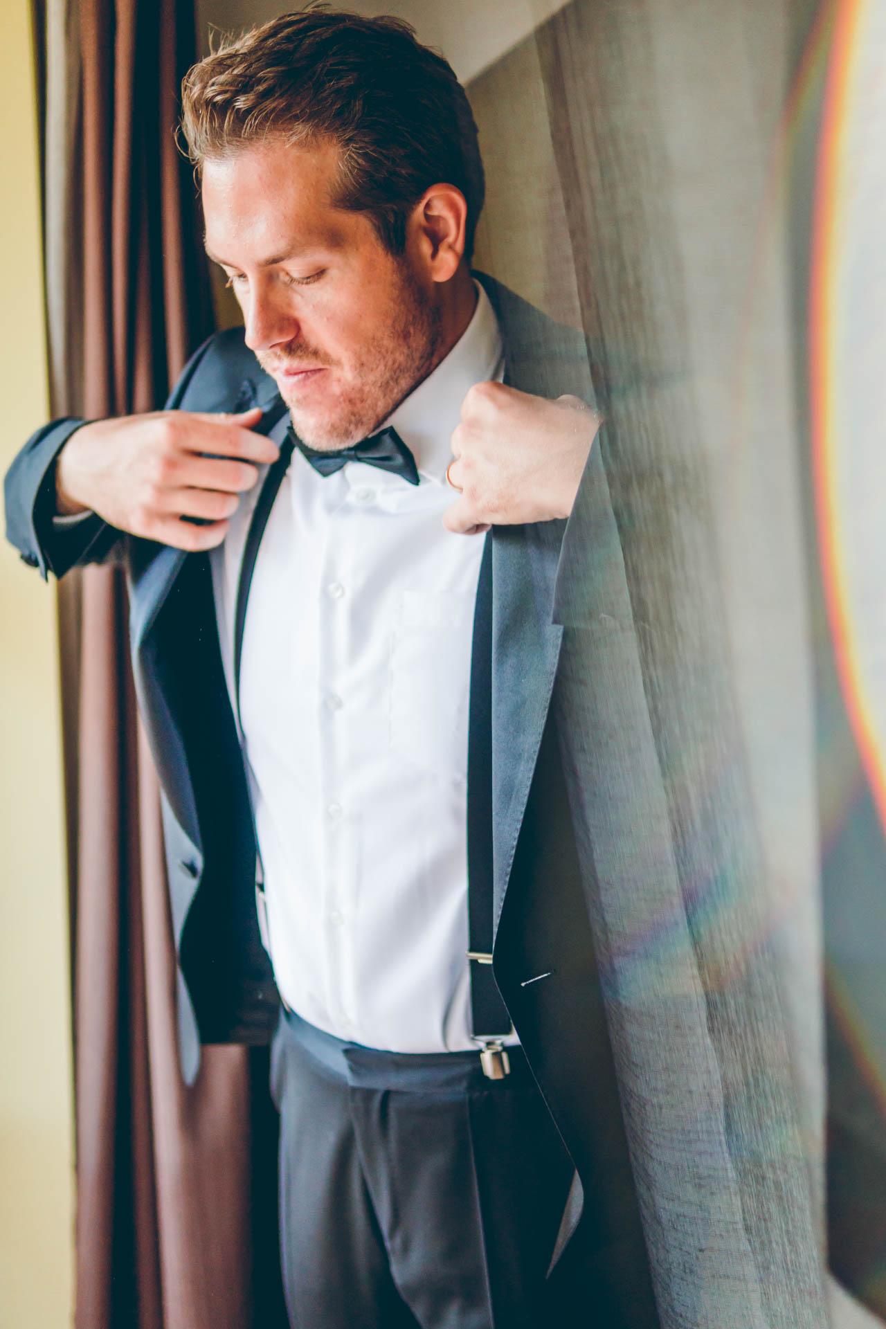 Der Bräutigam schlüpft in seinen Anzug