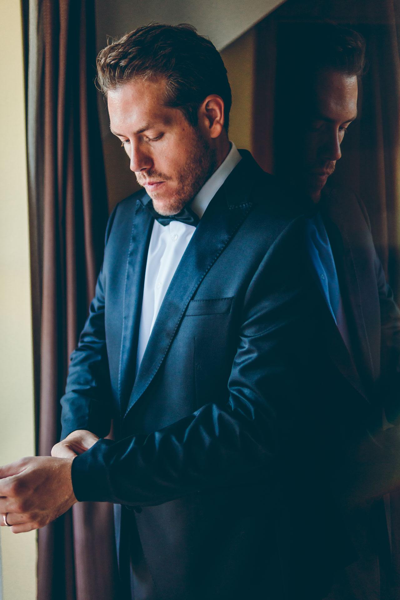 Tolles Hochzeitsbild des Bräutigams beim Ankleiden