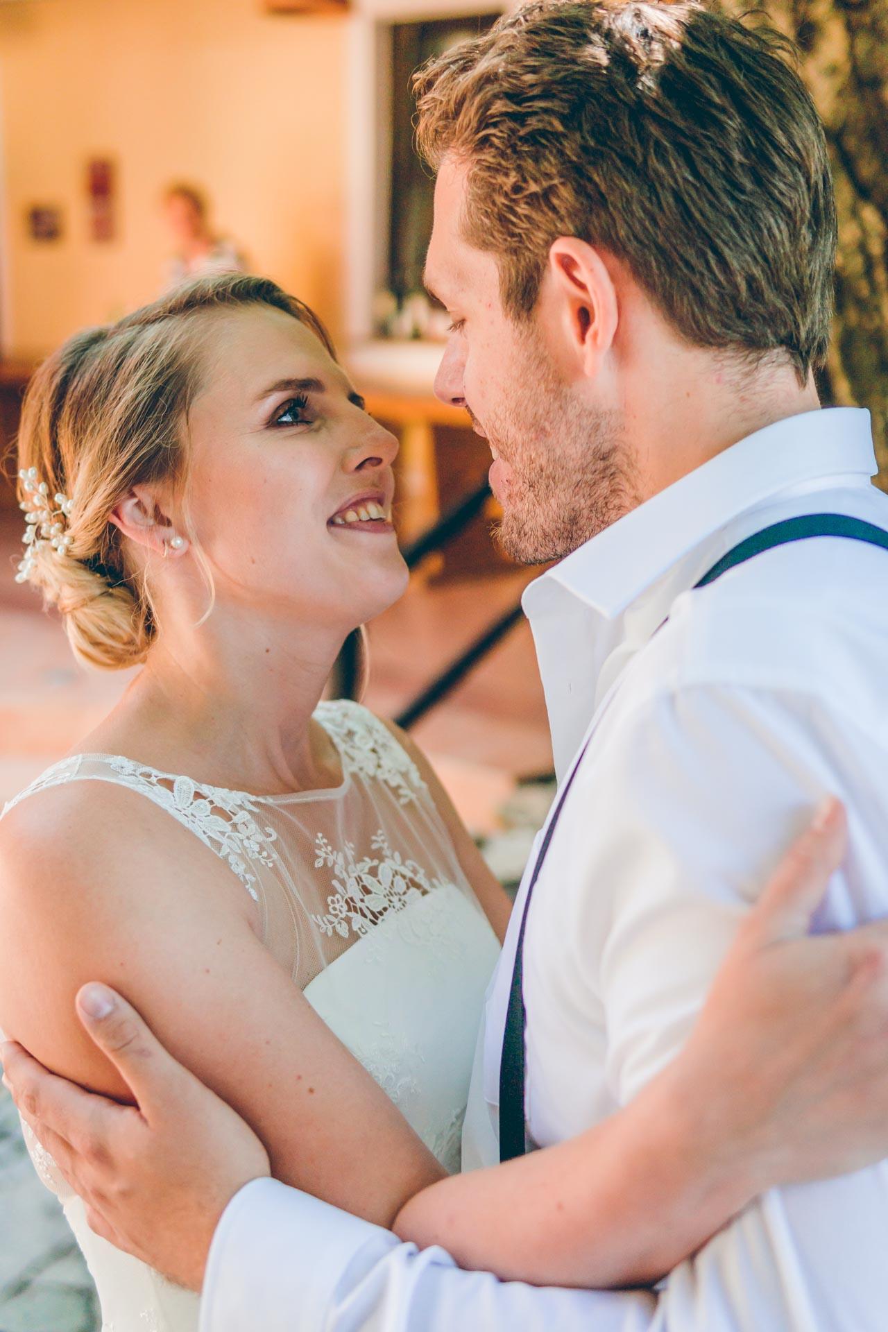 Der erste Blick der Braut und des Bräutigams