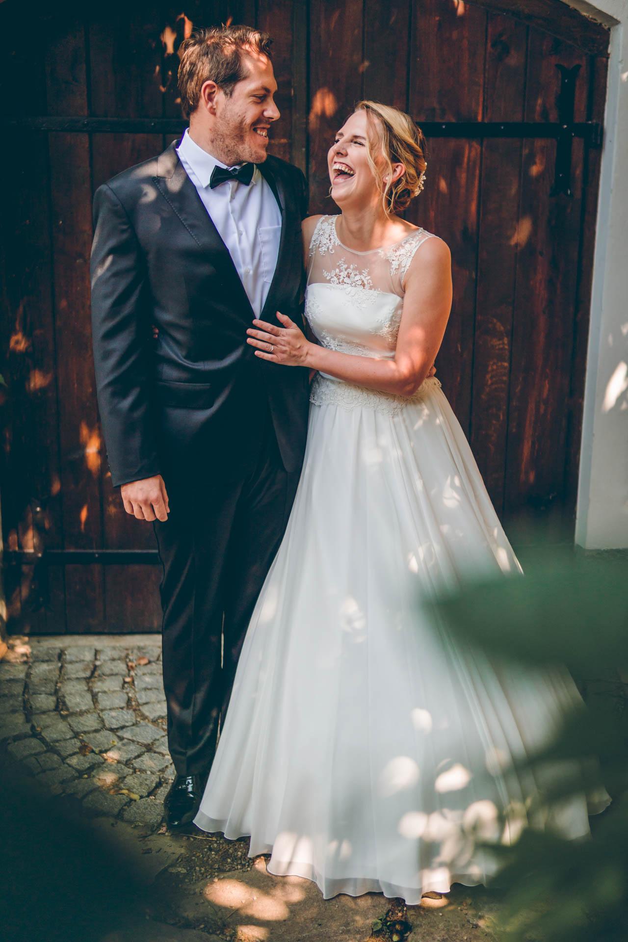 Das Hochzeitspaar beim Hochzeitsshooting mit einem herzlichen Lachen