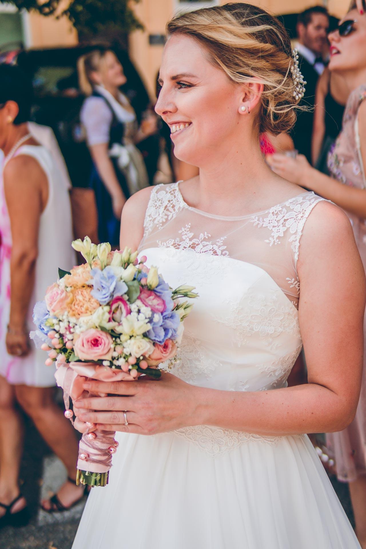 Wunderschönes Bild der Braut mit ihrem Brautstrauß