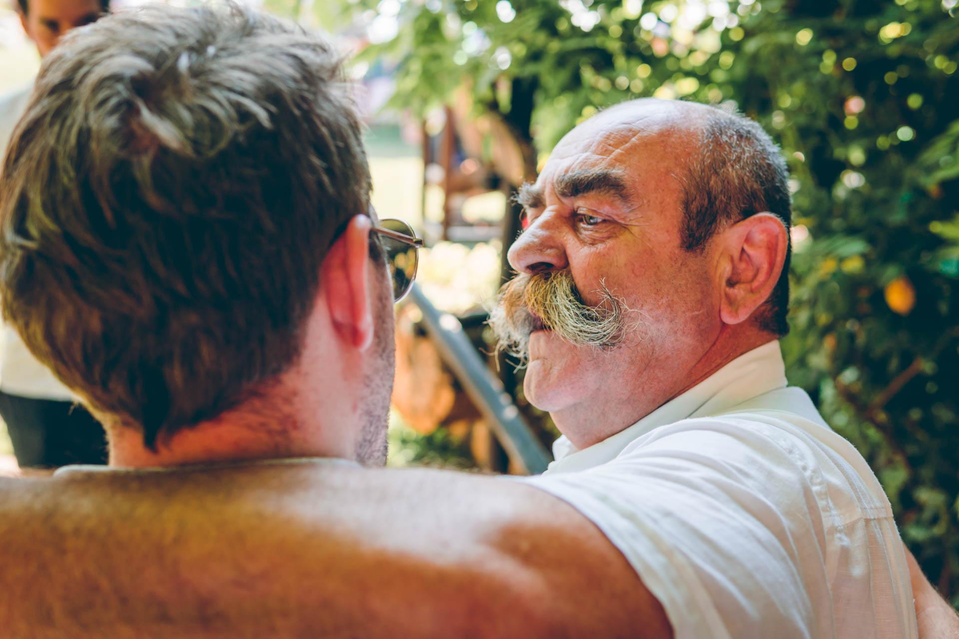 Ein Mann mit einem Schnauzer bei der Hochzeit