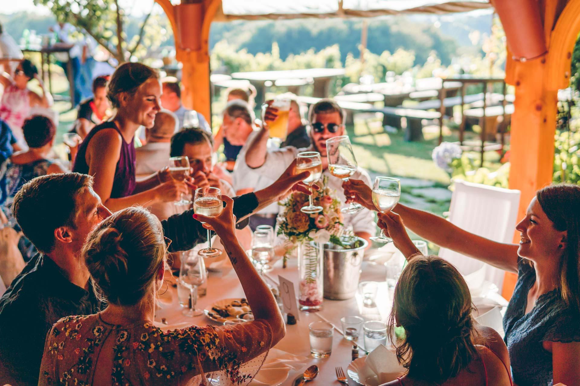 Die Hochzeitsgäste beim Anstoßen