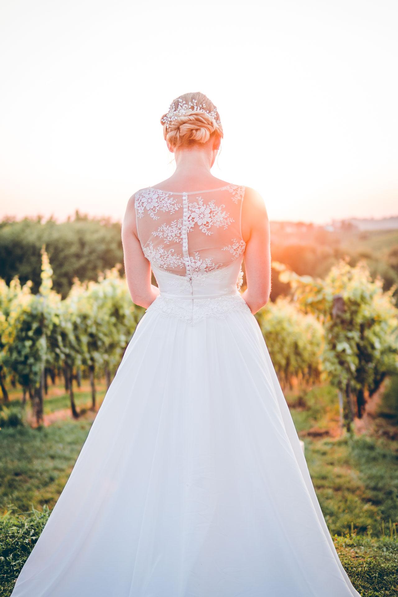Hochzeitsbild einer Braut im Sonnenuntergang im Grünen