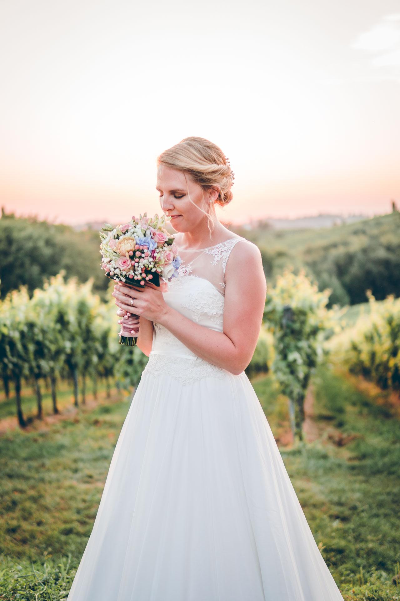 Porträt einer Braut in den slowenischen Weinbergen