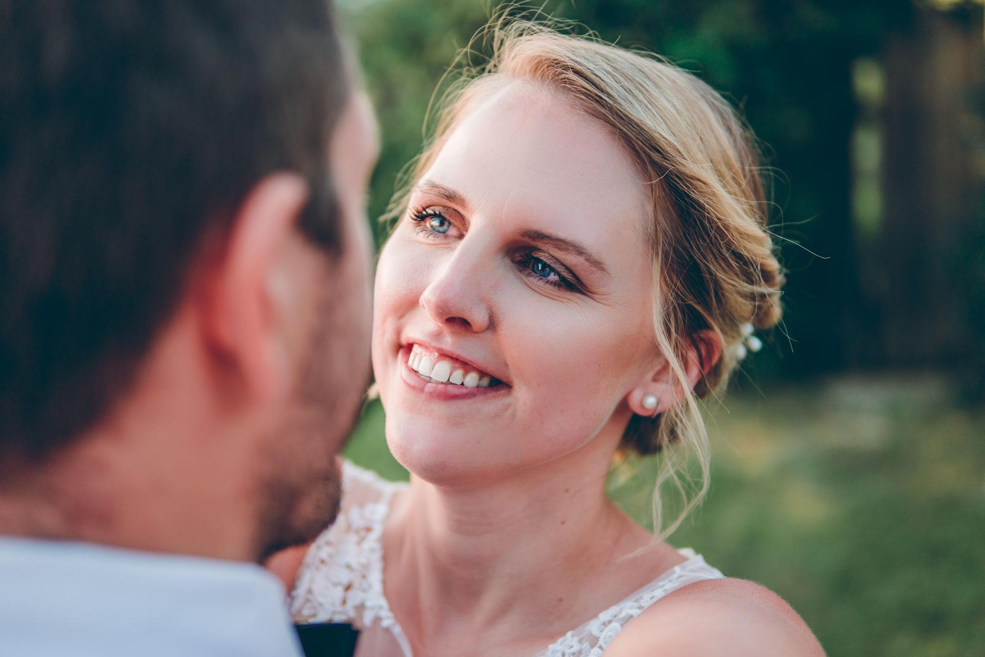 Natürliches Hochzeitsbild eines jungen Hochzeitspaars