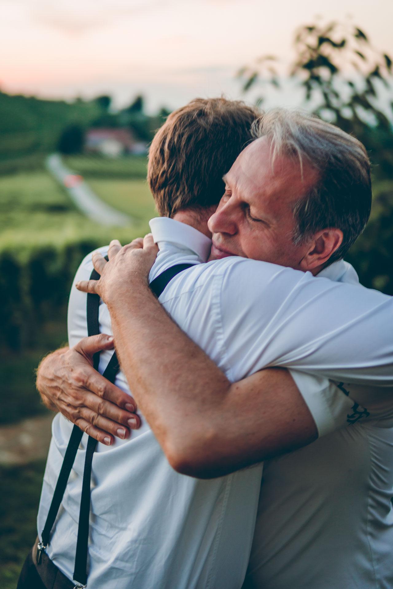 Vater und Bäutigam umarmen sich