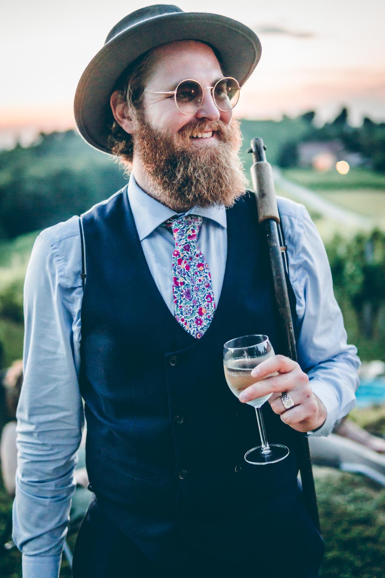 Ein Hipster Hochzeitsgast mit Wein in Slowenien
