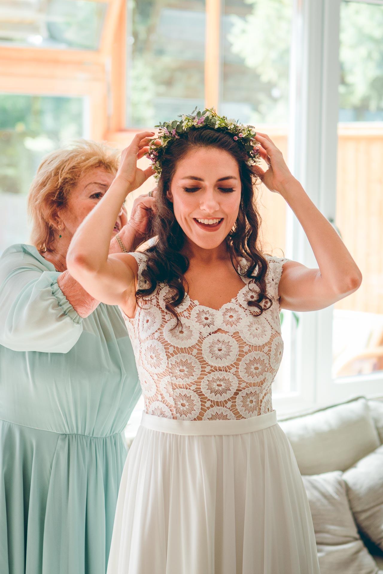 Braut beim Getting Ready für Hochzeit im bayrischen Ohlstadt Blueland