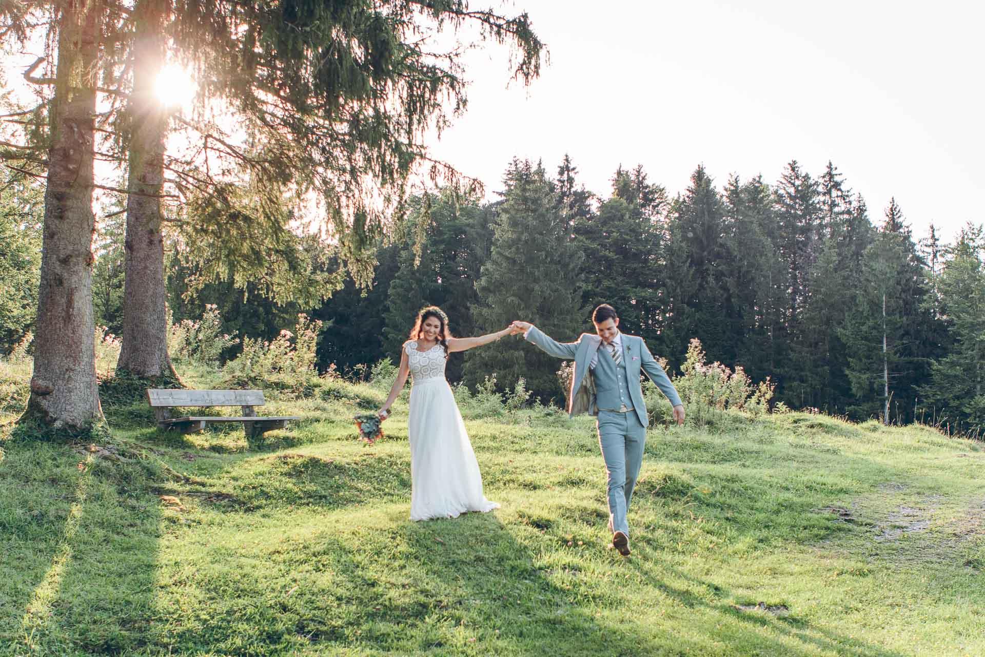 Hochzeitsfotos von Brautpaar im Vintage Stil auf Boho Hochzeit im Blueland in Bayern