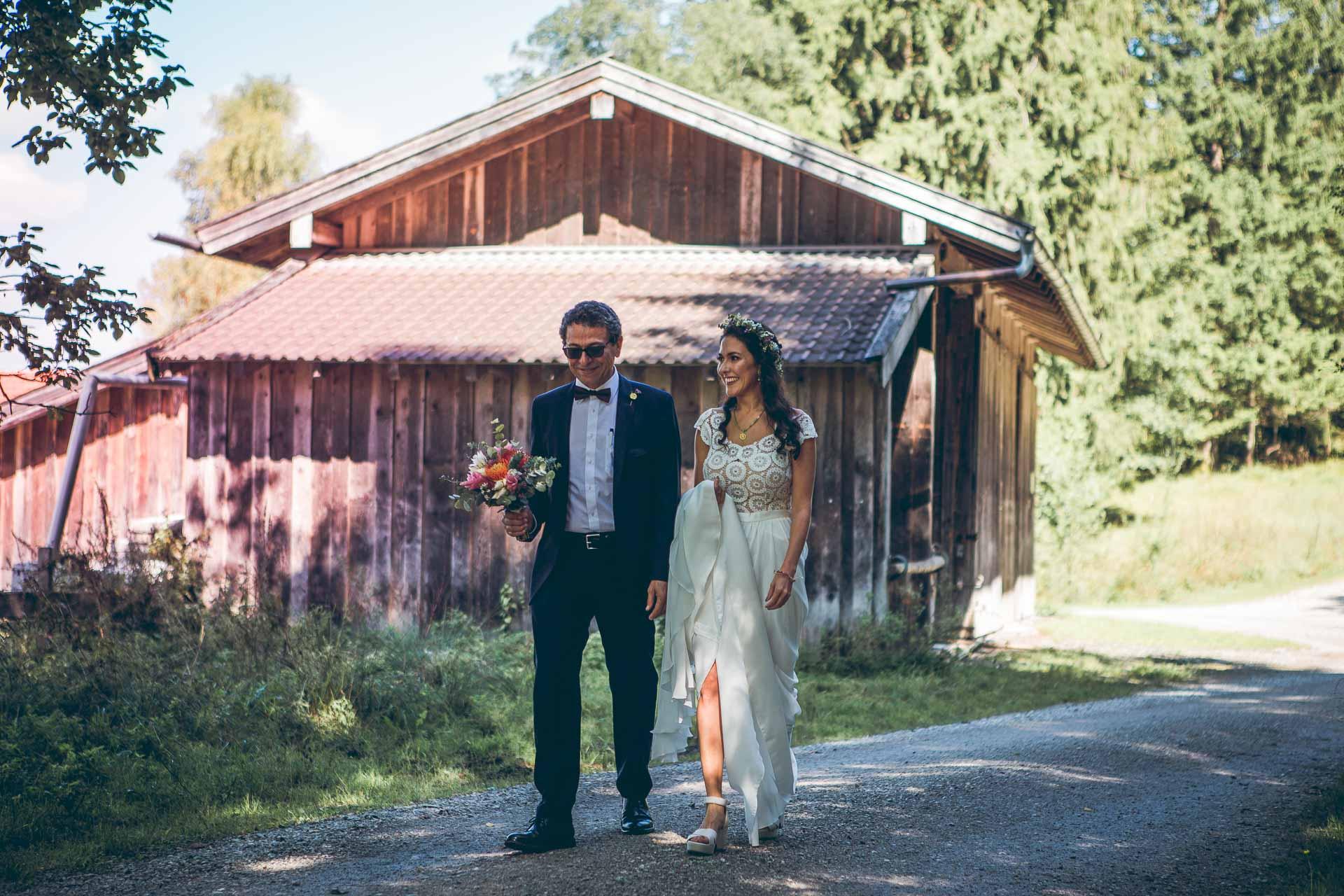 Brautvater bringt Braut zum Altar auf freier Trauung im Blueland in Ohlstadt