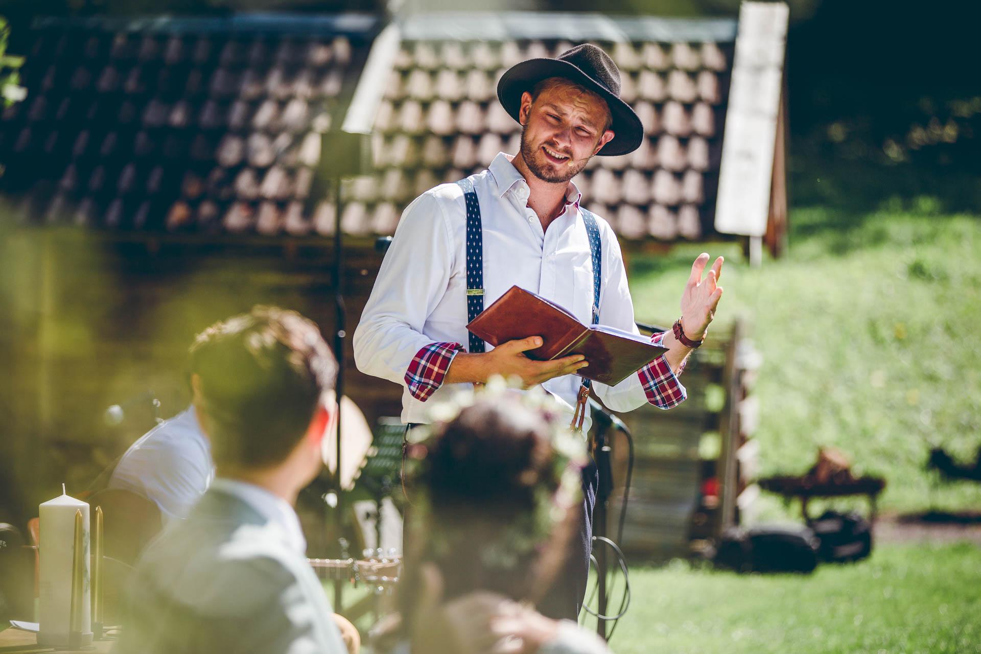 Trauredner auf Vintage Hochzeit im Blueland in Bayern in Ohlstadt