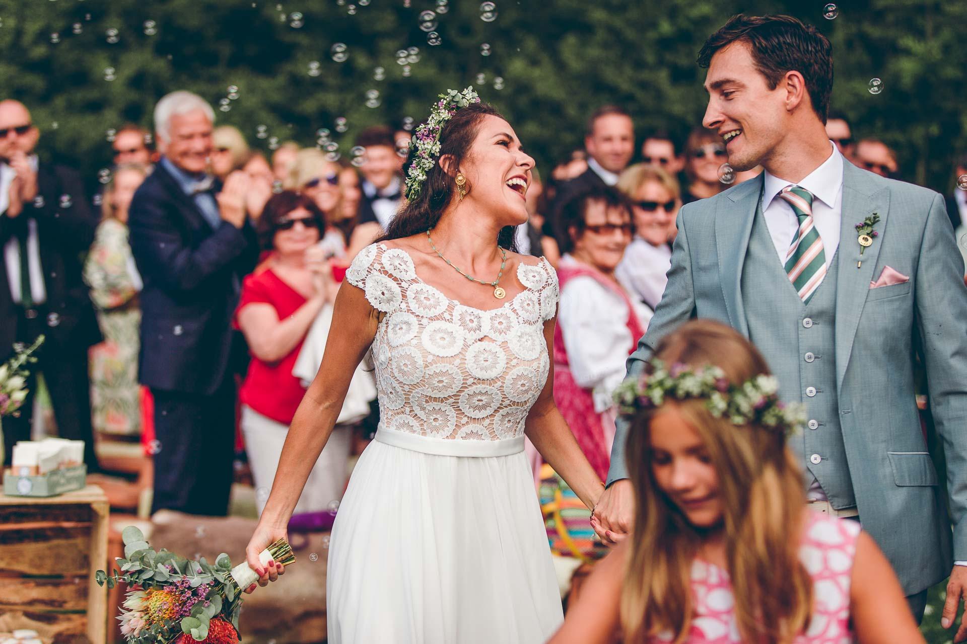 Tanzendes Hochzeitspaar auf Vintage Boho Hochzeit im bayrischen Blueland