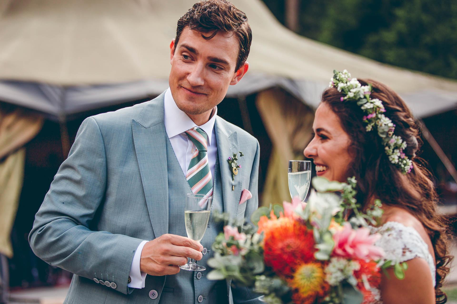 Brautpaar bei Sektempfang auf Hochzeitsfeier Freiluft im Blueland