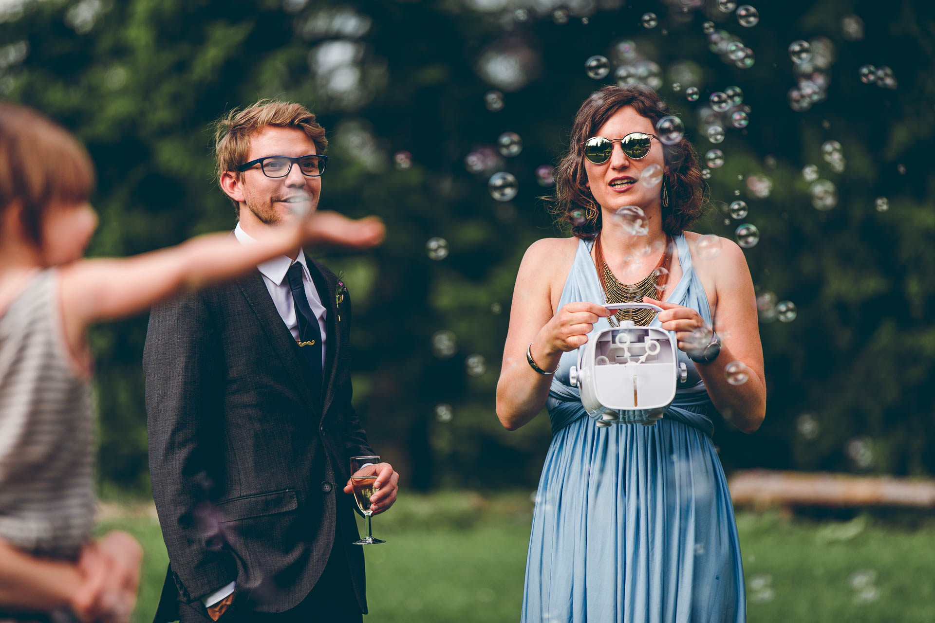 Feiernde Gäste auf Blueland Hochzeit mit Seifenblasen