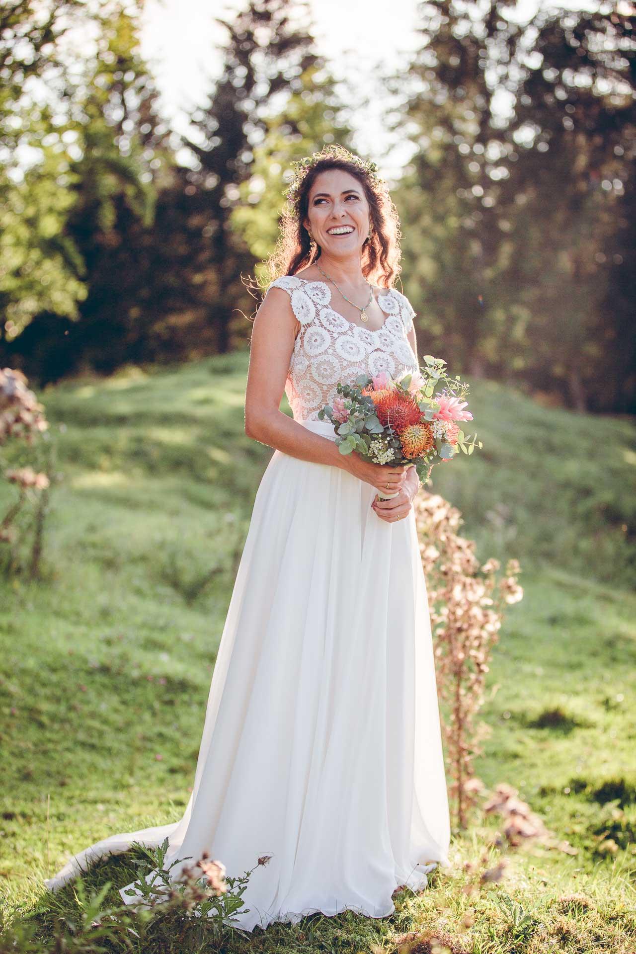 Hochzeitsfotos von Braut im Vintage Stil auf Boho Hochzeit im Blueland in Bayern