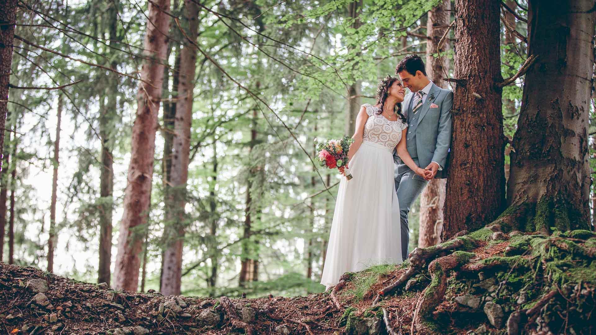 Vintage Brautpaar Fotoshooting im Wald in Bayern vor Blueland