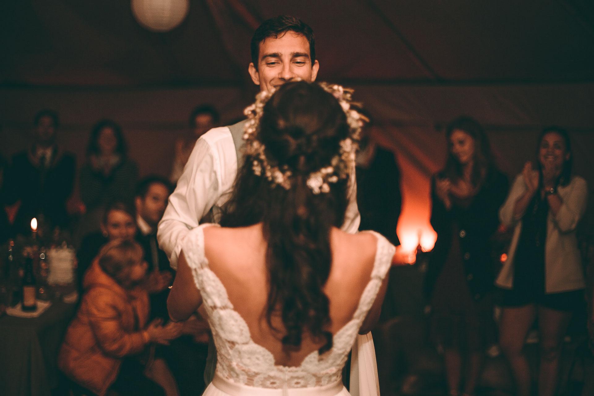 Hochzeitstanzt auf Vintage Hochzeit Boho Hochzeit im Blueland mit Brautpaar