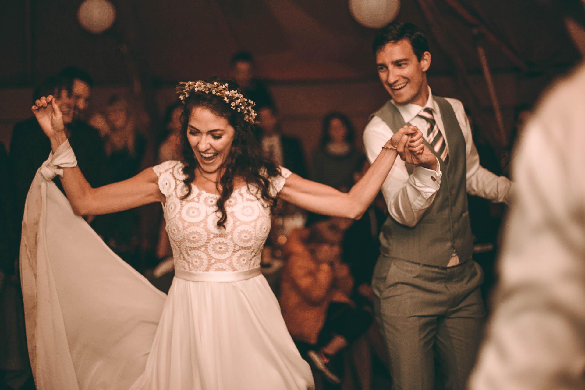 Erster Hochzeitstanz auf Boho Vintage Hochzeit im Zelt in Blueland