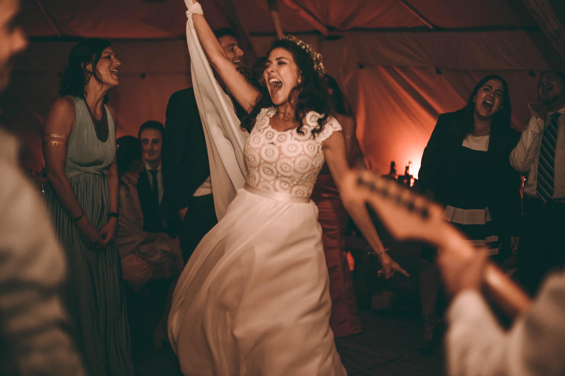 Braut feiert bei Hochzeitsparty