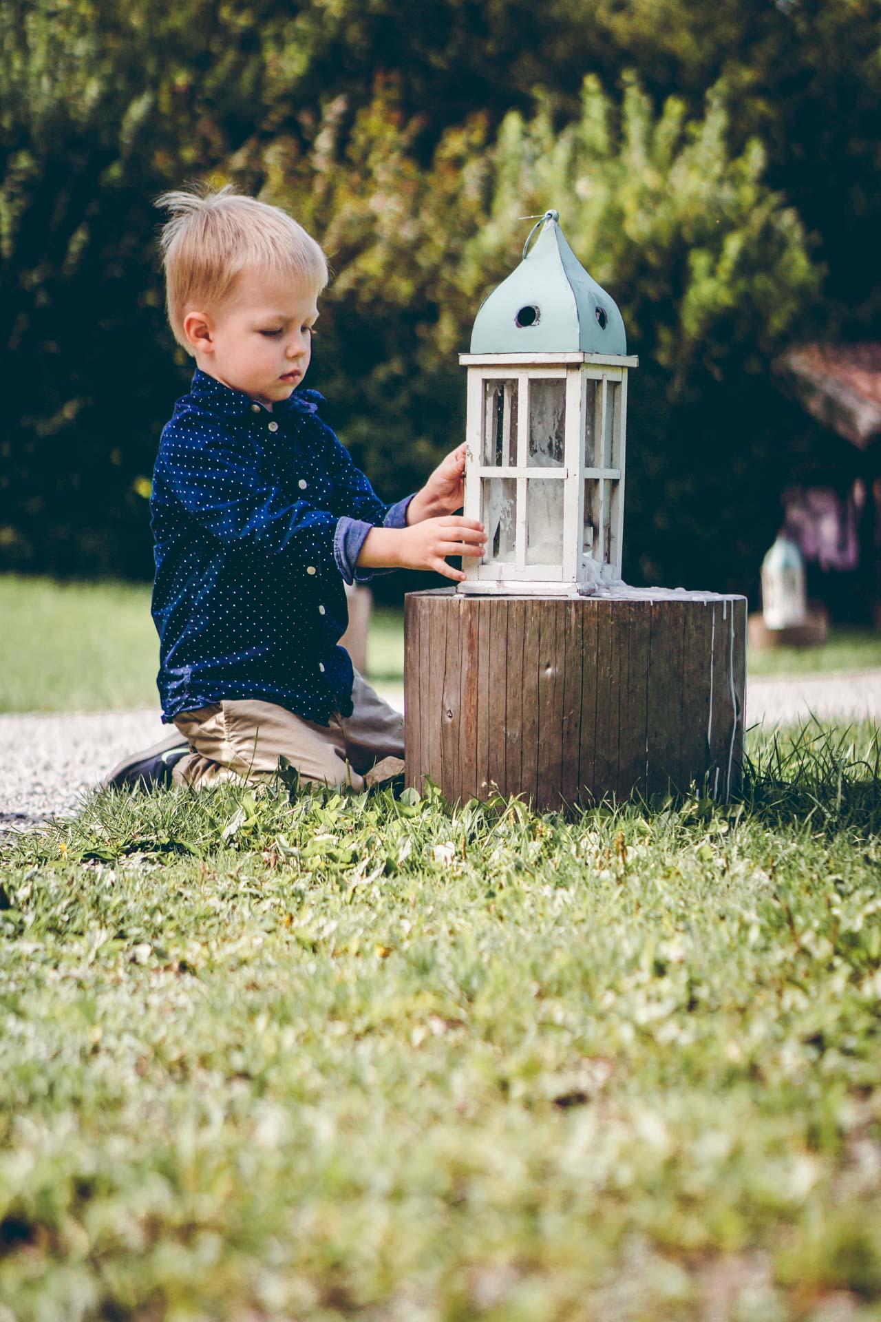 Kind spielt bei Hochzeit im Blueland
