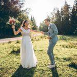 Tanzendes Hochzeitspaar in Wiese in Murnau bei Blueland