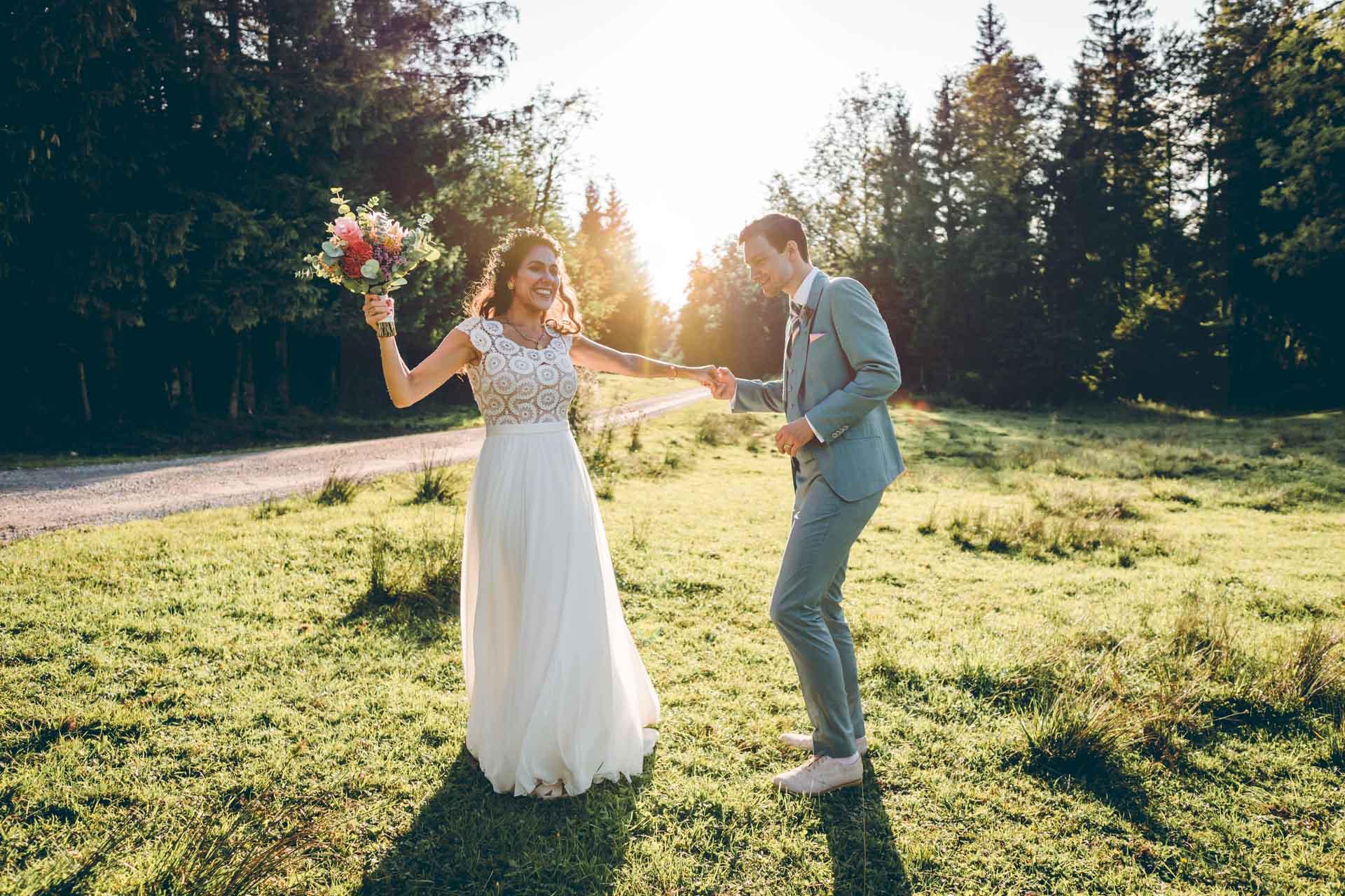 Brautpaar tanzt im Sonnenuntergang im Blueland