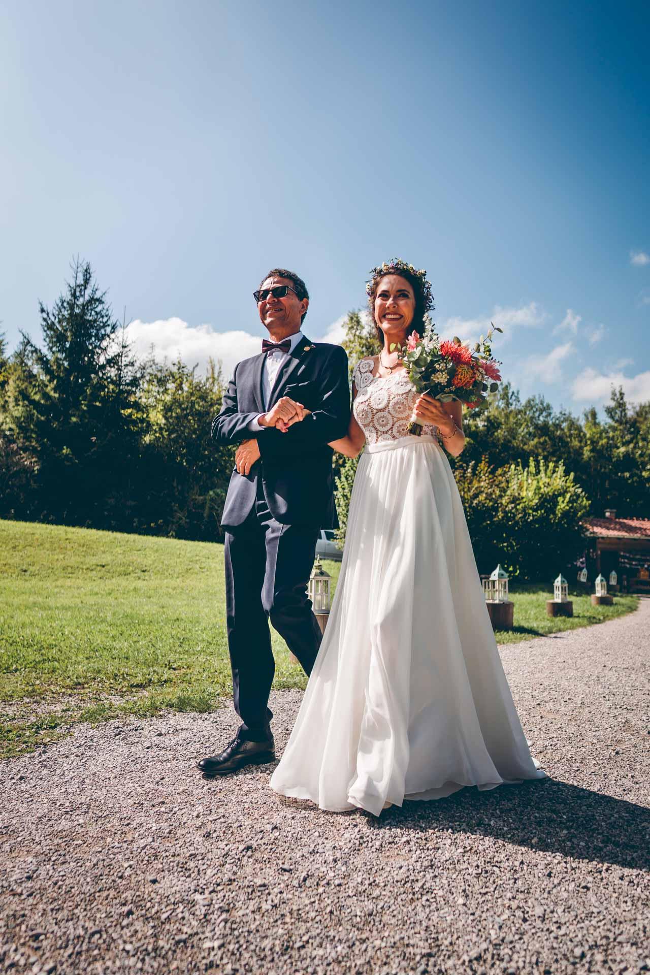 Braut und Brautvater bei freier Trauung im Blueland in Bayern
