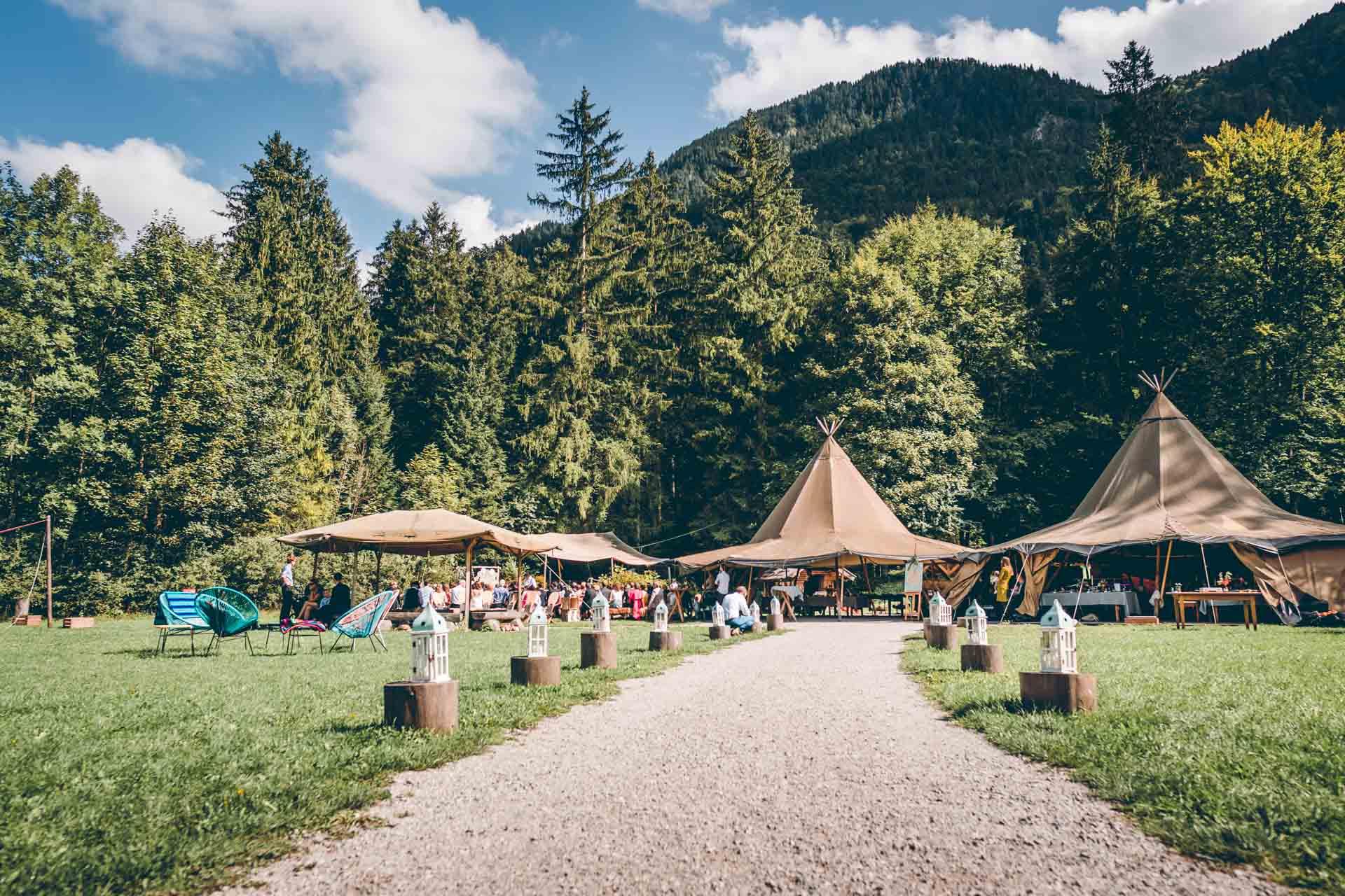 Outdoor Hochzeit im Blueland im bayrischen Wald im Vintag und Boho Stil