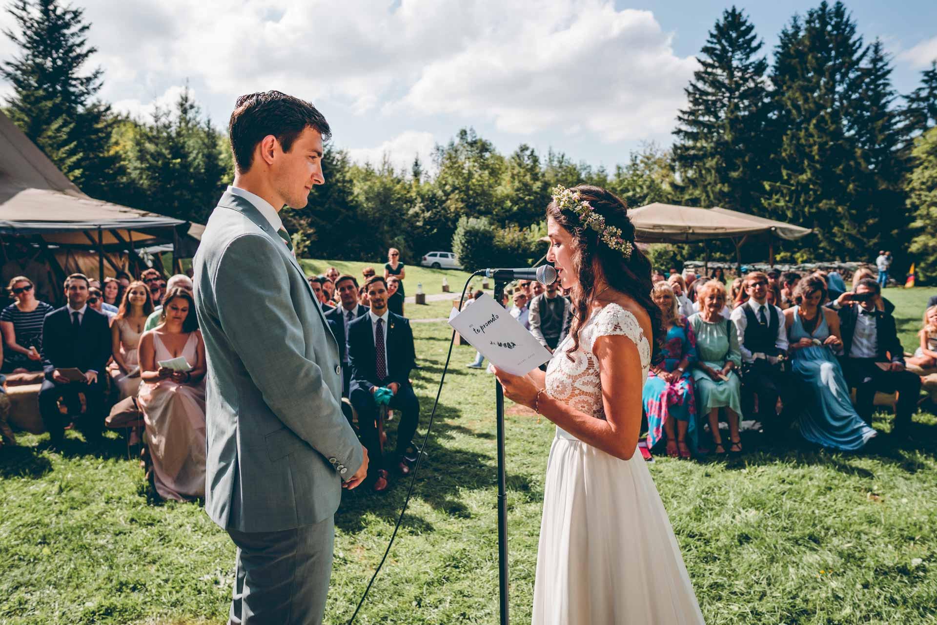 Braut und Bräutigam sprechen Schwur im Blueland