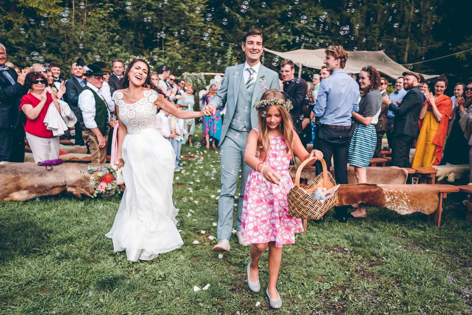 Braut und Bräutigam bei Blueland Hochzeit tanzen nach Trauung mit Blumenmädchen