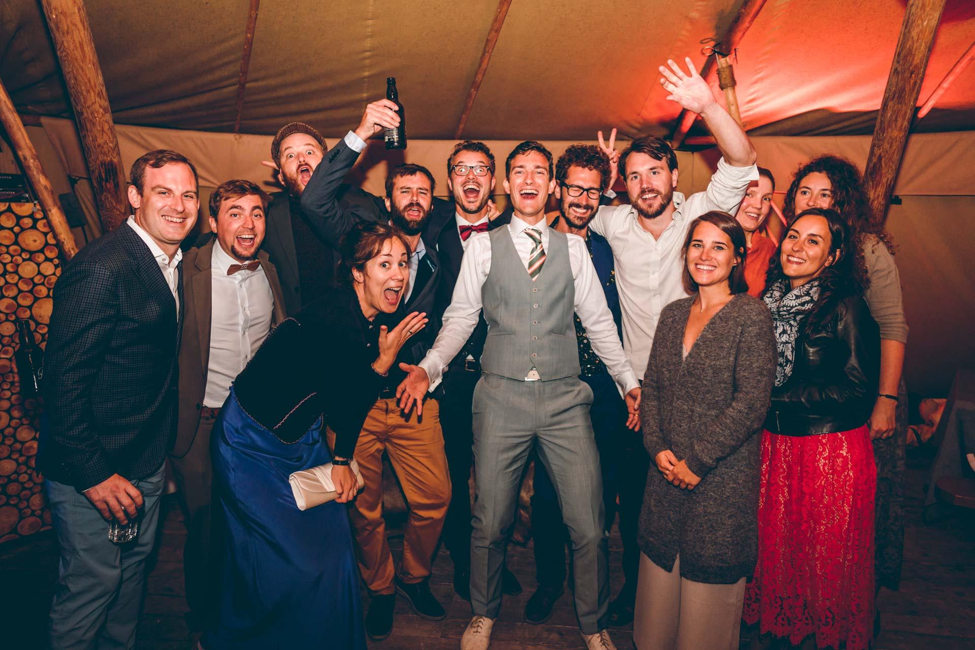Hochzeitsparty bei Nacht mit feiernden Gästen im Blueland