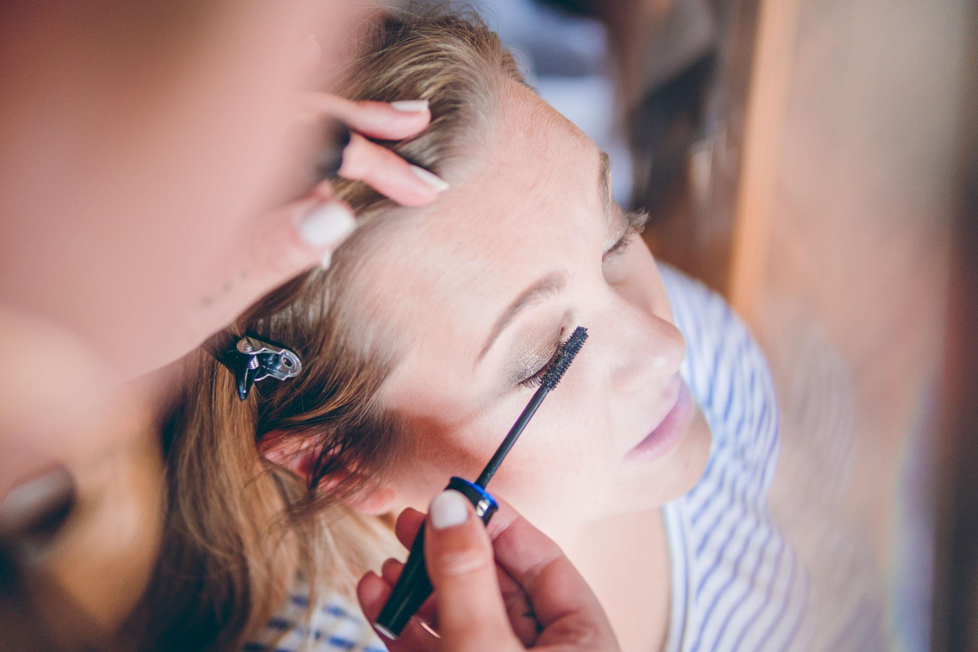 Vorbereitungen am Hochzeitstag schminken der Braut